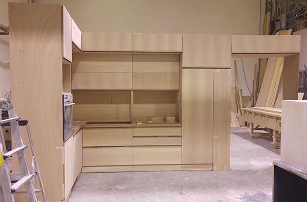 colonna svuotatasche e frigo ad incasso montato in falegnameria cucina