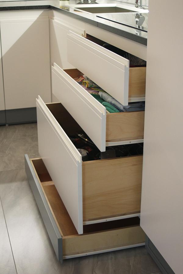 Cestoni e cassetti ricavati nelle basi, cassetto nello zoccolo