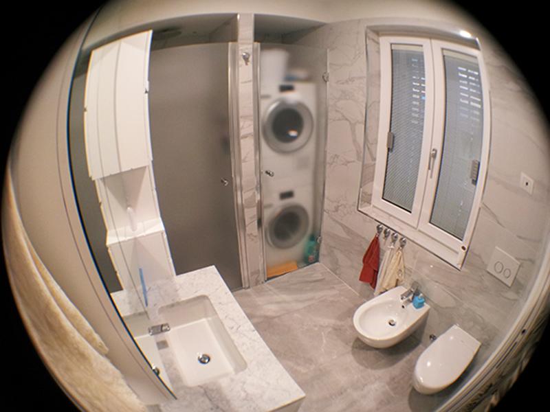 Bagni Piccolissimi Progetti: Bagno in microcemento resine con finiture cemento color design.