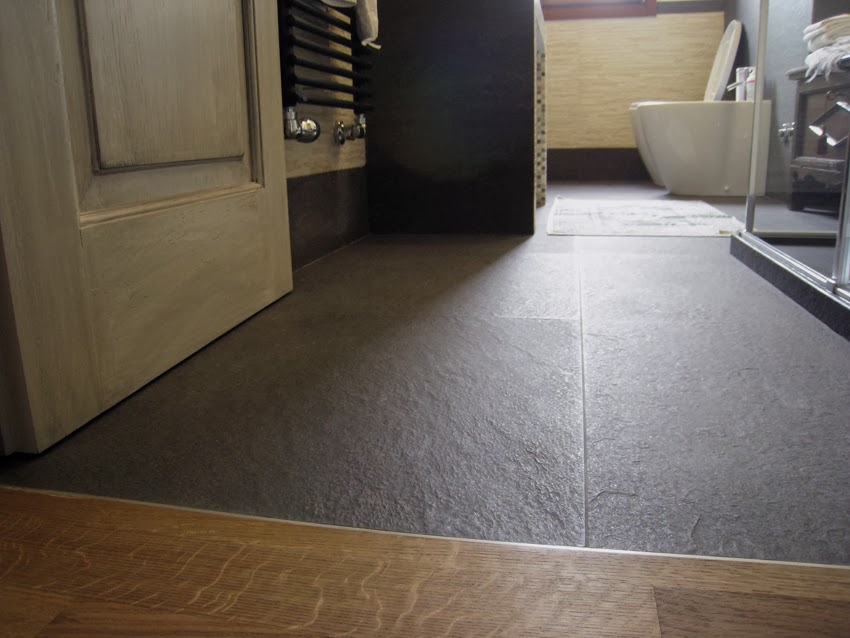 Bagno Parquet Laminato: Bagno moderno in marmo circle white tile ...
