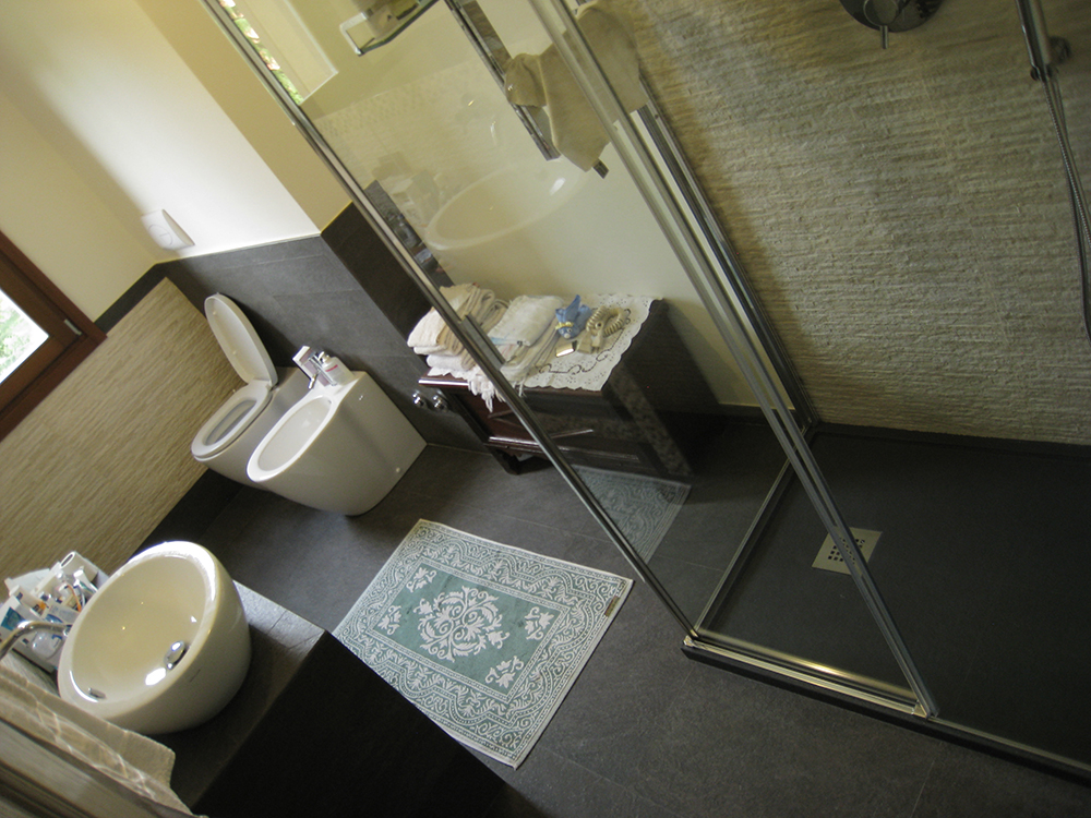 Bagno con doccia sotto la finestra interesting zona doccia davanti alla finestra with bagno con - Doccia sotto la finestra ...