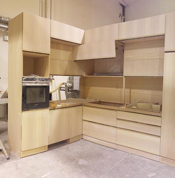 Cucina ad angolo allo stato grezzo in legno da far visionare al cliente prima della finitura