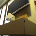 Portatelevisore da parete OTOT , con luce LED integrata regolabile a distanza.
