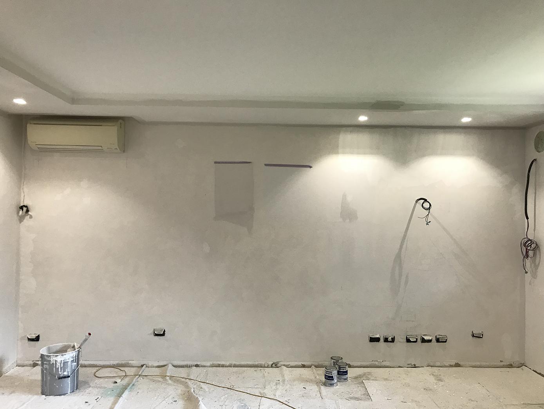 Completamento degli impianti della parete attrezzata su misura: realizzazione del controsoffitto dotato di faretti e spostamento dello split dell'aria condizionata