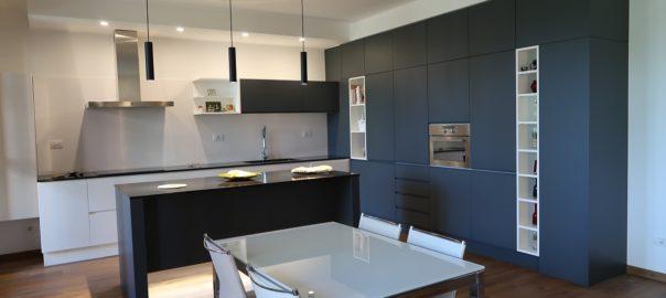 Cucina con isola centrale – Progetti di interni