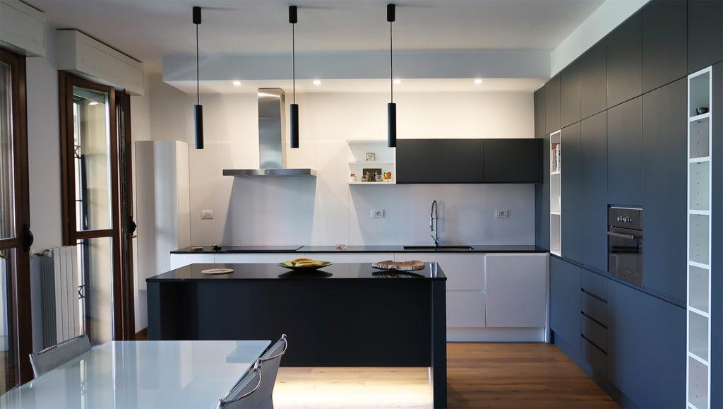 Cucina moderna grigia e bianca con isola